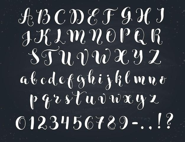 우아한 서예 편지. 칠판에 필기 알파벳입니다. 대문자, 소문자, 숫자 및 기호. 손으로 그린 현대 스크립트.