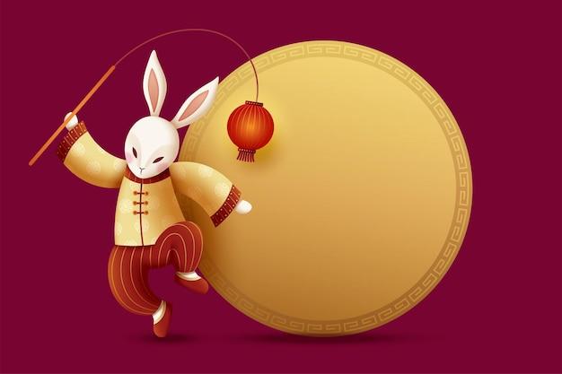 Элегантный костюмированный кролик держит красный фонарь с золотой круглой копией пространства Premium векторы