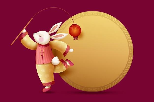 Элегантный костюмированный кролик держит красный фонарь с золотой круглой копией пространства