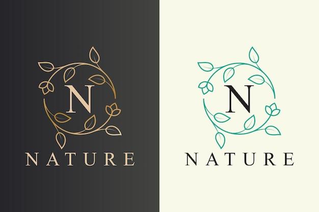 最初の文字でエレガントな花と葉のラインアートスタイルの自然のロゴのデザイン