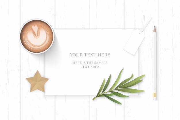 스타 공예 타라곤 잎과 나무 배경에 커피와 우아한 종이