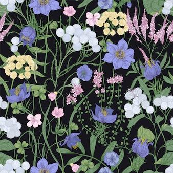 검은 배경에 꽃이 피는 우아한 매끄러운 패턴입니다. 꽃이 만발한 다년생 식물과 초원 야생화가 있는 배경. 골동품 스타일의 식물 벡터 일러스트입니다.