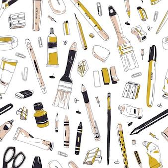 白い表面に手描きの文房具、筆記用具、事務ツールまたは画材を備えたエレガントなシームレスパターン