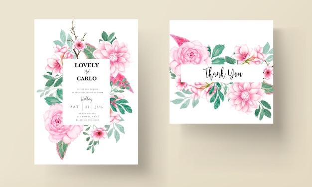 柔らかいピンクの水彩花飾りとエレガントな結婚式の招待カード