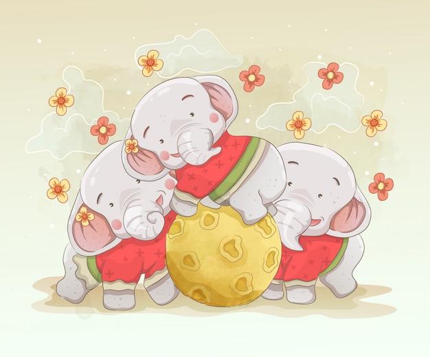 象の両親が子供と遊んでいます。赤ちゃんゾウが月と遊ぶ