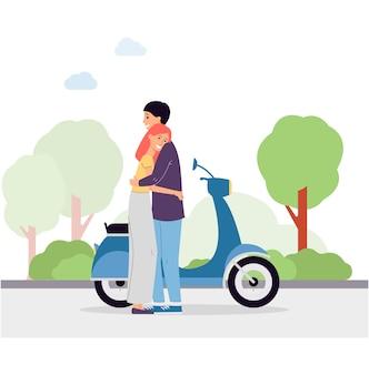 Обнимая пара на фоне с мотоциклом, стоящим в парке