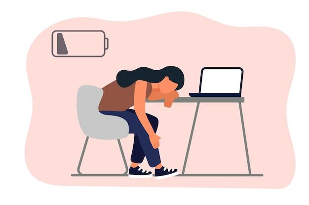 감정적인 소진 여자는 컴퓨터와 함께 그녀의 작업 장소에 앉아 배터리가 부족한 피곤 소녀