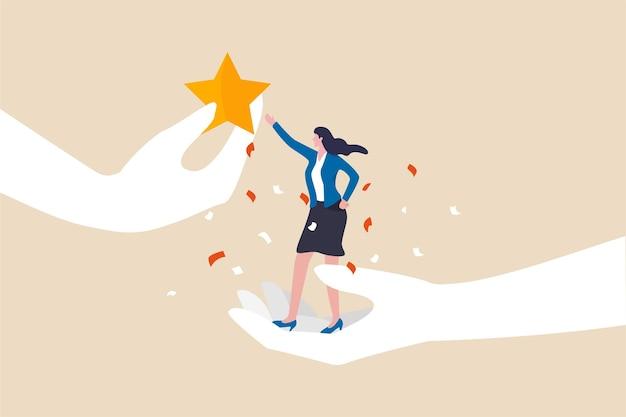 직원의 성공을 인정하고, 최고의 성과를 장려하고 동기를 부여하고, 성공이나 성취 개념에 대한 응원이나 명예, 큰 손에 서 있는 자신감 있는 여성 사업가가 스타 보상을 받습니다.