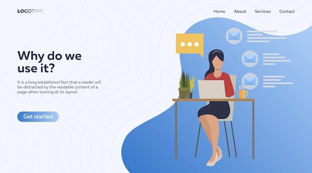 Сотрудник, использующий ноутбук и говорящий