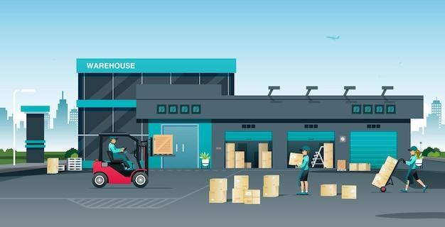 Сотрудники готовятся к раздаче продукции покупателям на складе.