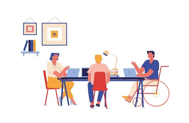 Сотрудники, сидящие за столом, работающие на ноутбуках
