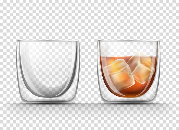 비어 있고 현실적인 스타일의 얼음 조각이있는 코냑 잔이 가득합니다.