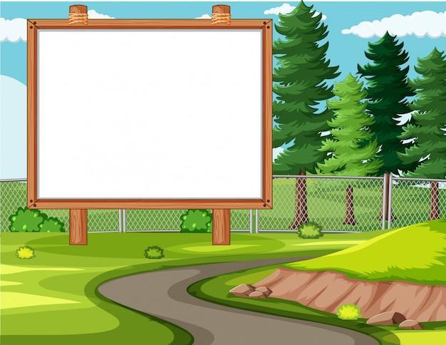 Bordo vuoto dell'insegna nel paesaggio del parco naturale
