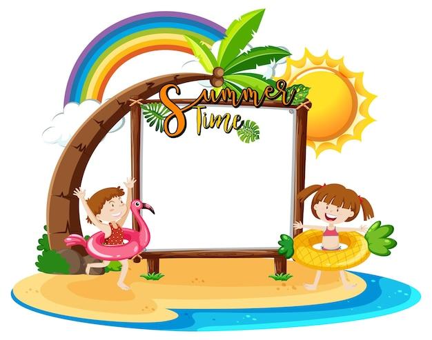 Bordo vuoto dell'insegna con i bambini sulla spiaggia isolata