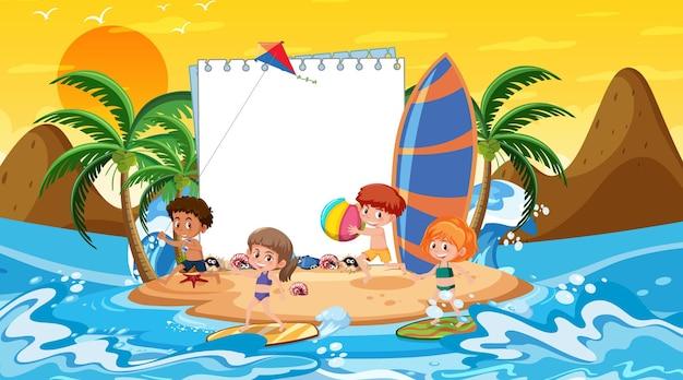 해변 일몰 장면에서 휴가 중인 아이들과 함께 빈 배너 템플릿