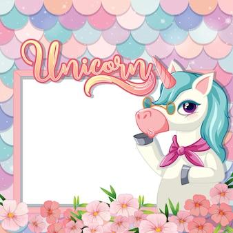 Banner vuoto con simpatico personaggio dei cartoni animati di unicorno su scale di sirena pastello