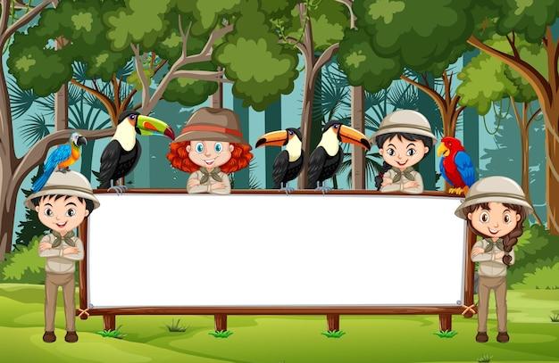 Banner vuoto con molti bambini e animali selvatici nella scena della foresta