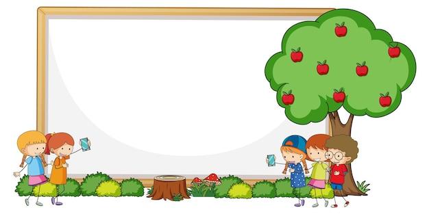 많은 아이들이 있는 빈 배너 낙서 만화 캐릭터
