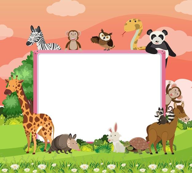 森の中の様々な野生動物と空のバナー