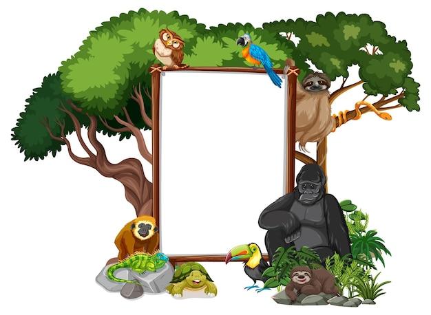 白地に野生動物と熱帯雨林の木が描かれた空のバナー