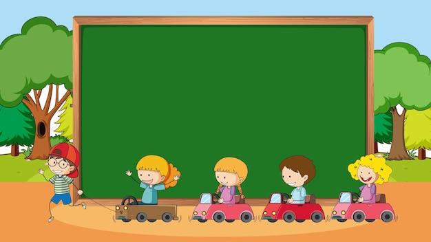 많은 아이들이 낙서 만화 캐릭터와 함께 공원 현장에서 빈 칠판
