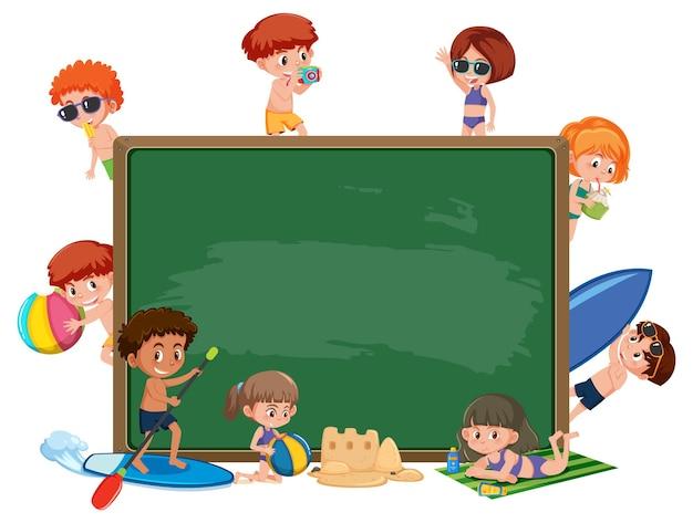 여름 해변 테마의 아이들과 함께 빈 칠판