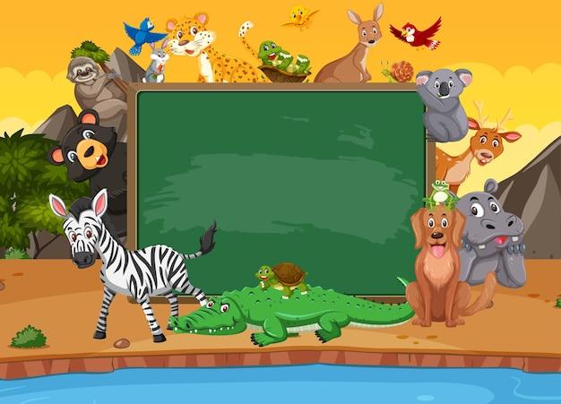 森の中の様々な野生動物と空の黒板