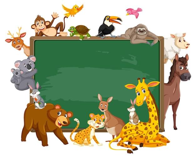 さまざまな野生動物と空の黒板