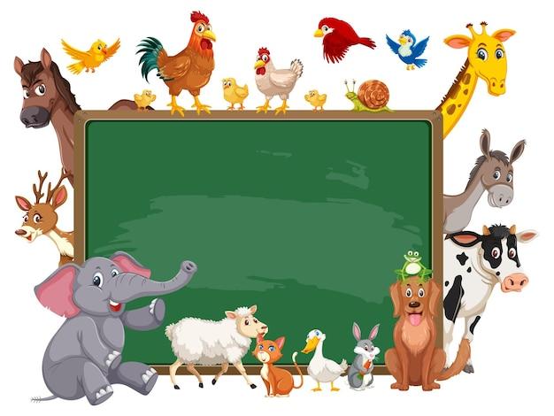 다양한 야생 동물이 있는 빈 칠판