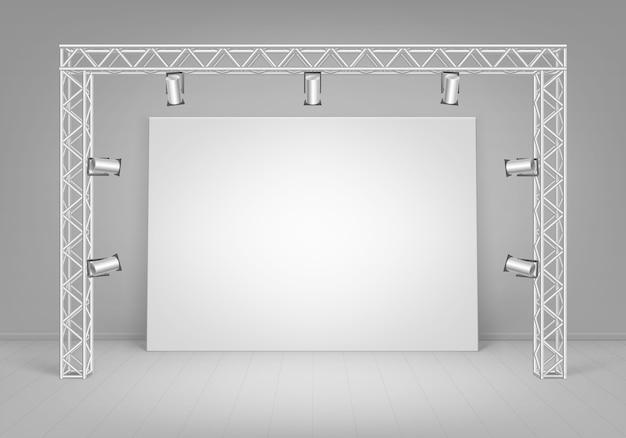 Пустой пустой белый макет плаката, стоящего на полу со стеной и прожекторами, вид спереди