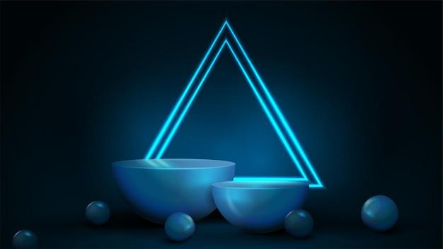 어두운 배경에 큰 네온 삼각형 프레임이 있고 주변에 장식 구체가 있는 빈 파란색 반원형 받침대