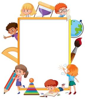 많은 학교 아이들이 만화 캐릭터와 함께 빈 보드