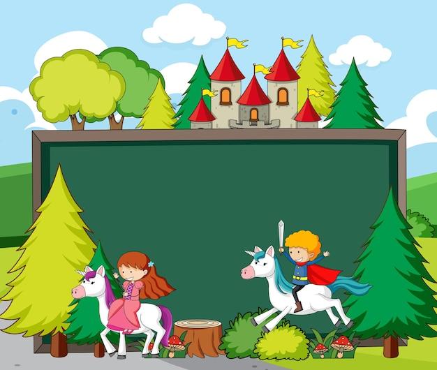 Banner di lavagna vuota nella scena della foresta con personaggi ed elementi dei cartoni animati da favola