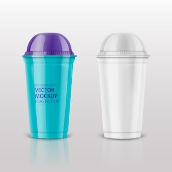 Пустая прозрачная пластиковая одноразовая чашка с купольной крышкой для холодных напитков - содовой, холодного чая или кофе, коктейля, молочного коктейля, сока. 450 мл. реалистичная упаковка шаблона. передний план. иллюстрации.