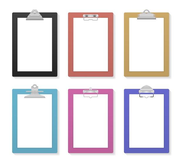モックアップ用の空白のホワイトペーパーシートを使用して空のクリップボード。クリップボードと紙シートのページ。メモ帳の情報ボード。クリップ付きのビジネスボード。テキスト用の空き容量。フラットなデザインのイラスト。