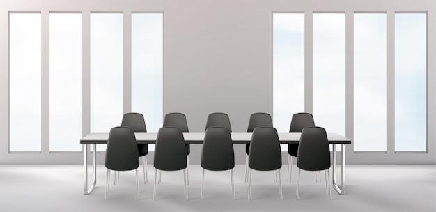 Sala conferenze vuota con lunga scrivania e sedie in giro per affari