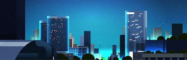 夕暮れ時の人々と車の夜の街並み背景の水平方向の空のダウンタウンの街