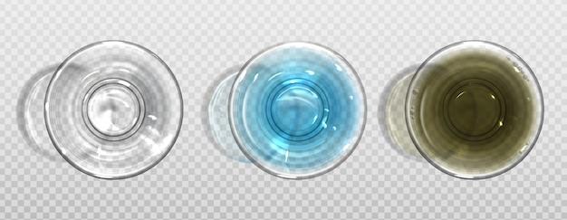 Vuoto e pieno di bicchieri d'acqua puri e sporchi