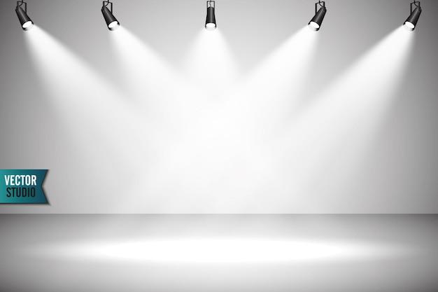 あなたの創造的なプロジェクトのために、表彰台のある空の明るいインテリア。