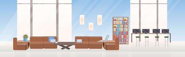 空のない人々の創造的なコワーキングセンター現代的なワークスペースエリア家具モダンなオフィスインテリアフラット水平