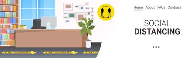 社会的距離の黄色いステッカーの兆候がある人のいない受付を空にするコロナウイルスの流行保護対策水平コピースペース