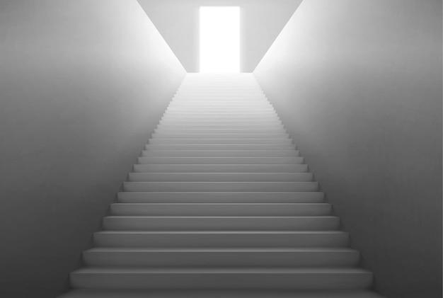 상단에 열린 문에서 빛으로 빈 계단.
