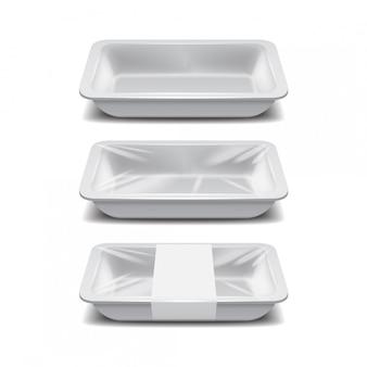 空の発泡スチロールの食品保管。白い食品プラスチックトレイ、白いラベルが付いた泡の食事容器のセット