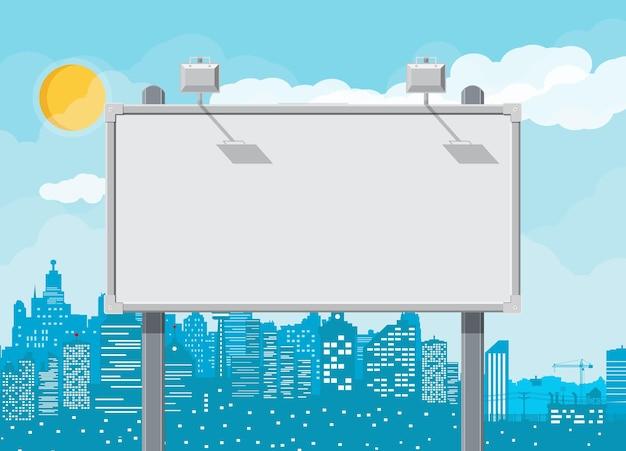 空の都会の大きなボードまたはランプ付きの看板