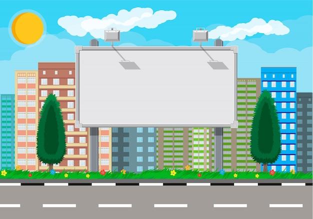 Пустой городской рекламный щит с лампой и городской пейзаж