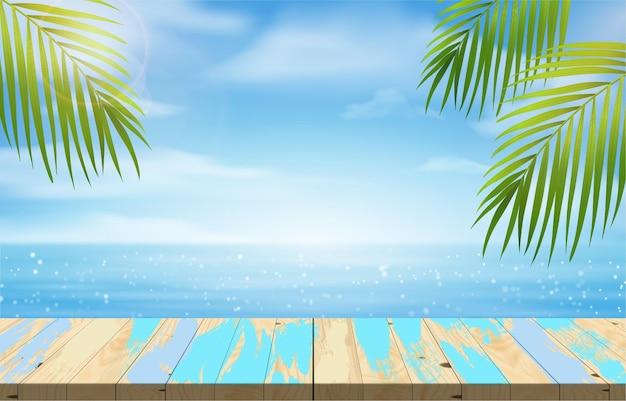 Пустой деревянный стол для демонстрации продукции на пьедестале, летний пляж с синим морем