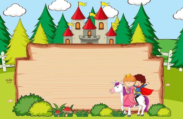 Banner di legno vuoto nella scena della foresta con personaggi ed elementi dei cartoni animati da favola