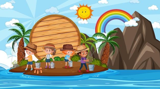 ビーチの昼間のシーンで休暇中の子供たちと空の木製バナーテンプレート