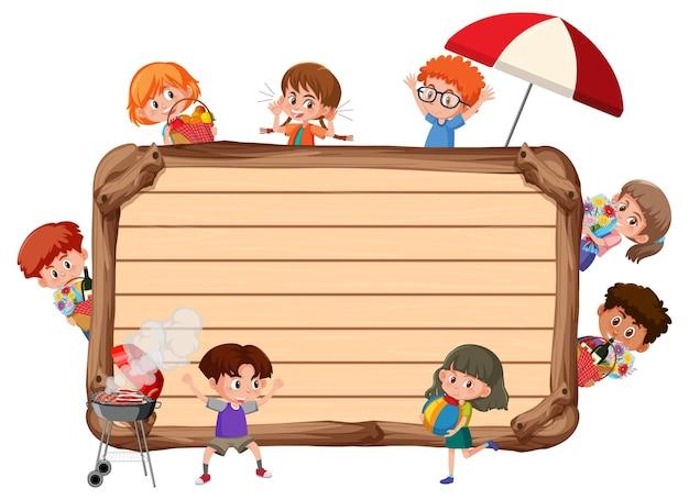 多くの子供たちの漫画のキャラクターと空の木板