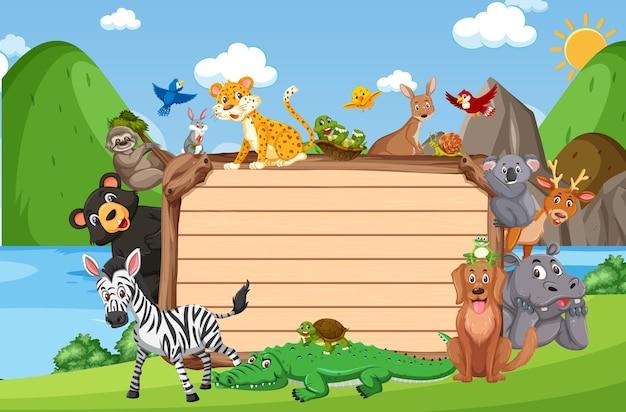Пустая деревянная доска с различными дикими животными в лесу